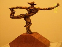BORIS LEINER-skulptura- OMLADINKA S MOBITELOM