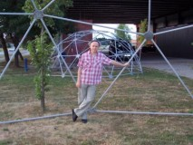 BORIS LEINER  kipar i glazbenik  ispred GEO-NET- geodetske kupole
